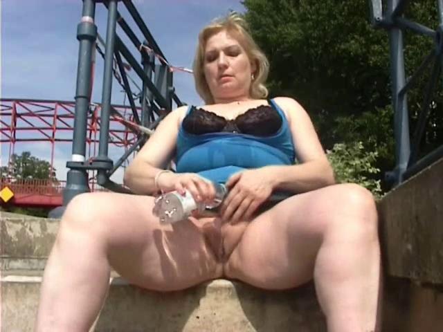 Мастурбация зрелых на улице порно